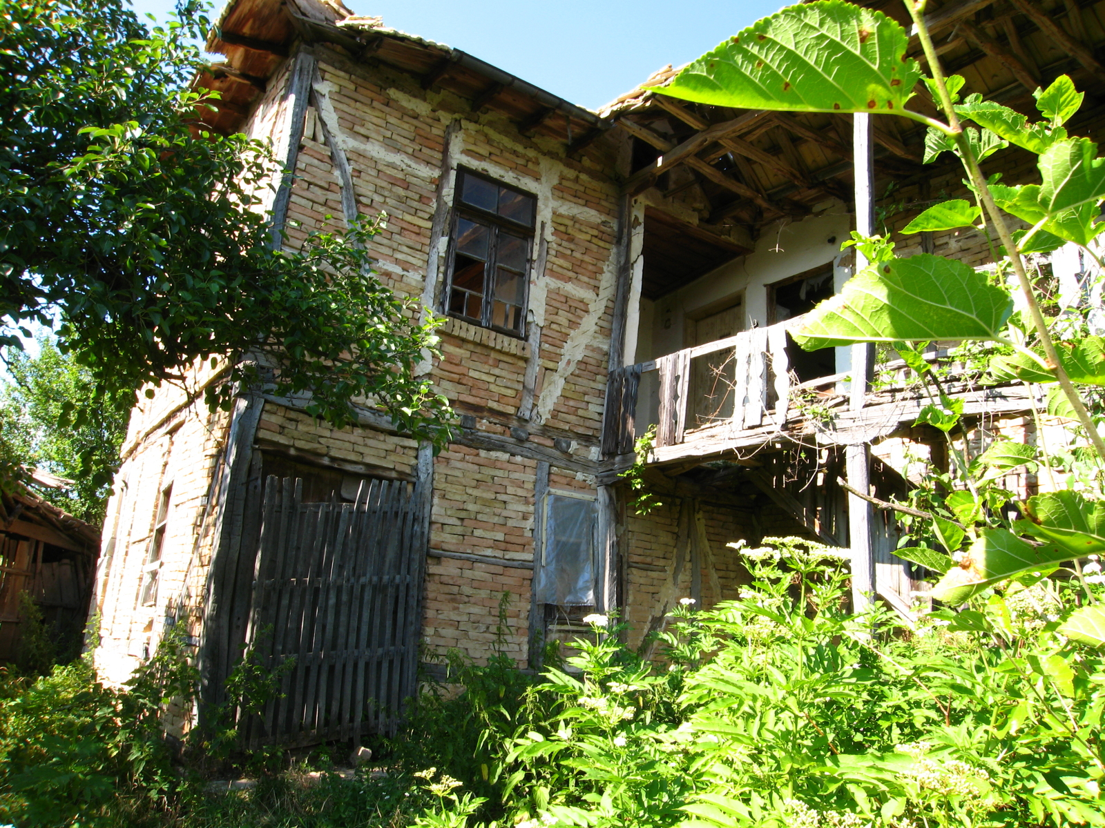 Old traditional bulgarian house and development land in for Old traditional houses